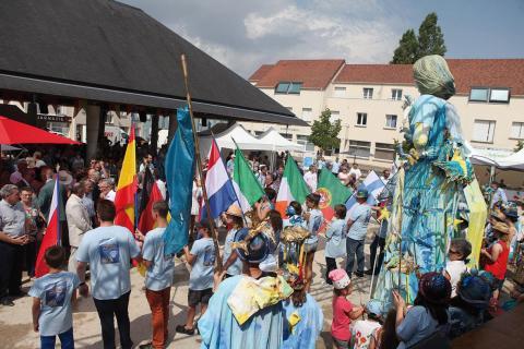 La Géante Europe accompagne le défilé des drapeaux